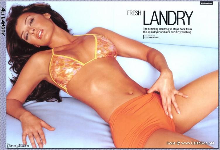 Ali Landry looks sexy in striped bikini pics